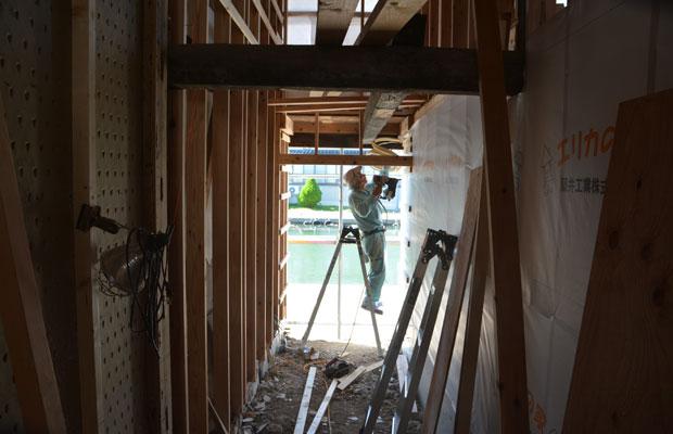 空間を仕切って、風除室(外気の流入を緩和するための空間)を兼ねたバー入口の通路に。