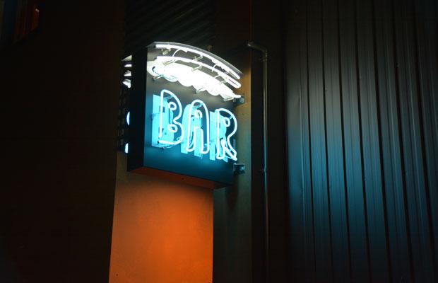 「BAR」のネオン看板、雰囲気たっぷりでカッコいい(富山ではあまり見かけない)!