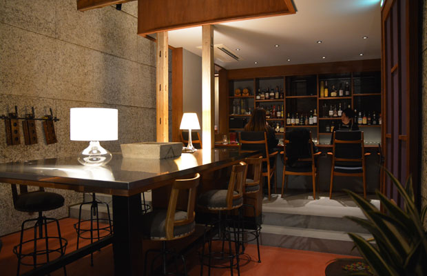 ステンレス天板にテーブルランプの明かりが映りこむ大きなテーブルは、水辺をイメージ。