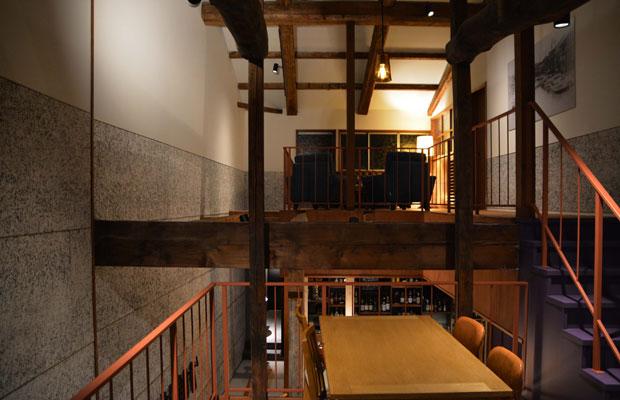 2階へと続く、中2階のテーブルフロア。