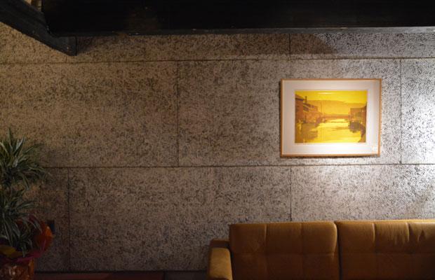 店内のメインモチーフとなる木毛セメント板の壁(木毛セメントとは、リボン状に細長く削り出した木材をセメントペーストで圧縮成型した建材)。