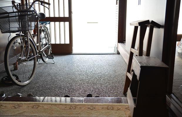 玄関に入ってみると、洗い出しのすてきな土間。