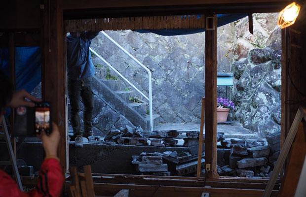 道に面していたコンクリートブロック塀の一部の撤去や、室内の壁床天井の解体を行った「解体キャンプ」。隔てられていた空間がつながるときには、独特の感動がある。(撮影:真鶴出版)