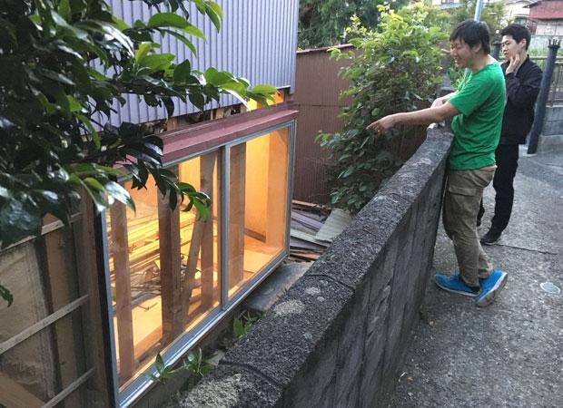 奥の広間のアルミサッシ設置の様子。ブロック塀は解体せず残し、窓を取りつける高さを工夫することで、落ち着いた窓辺の空間をつくる。(撮影:真鶴出版)