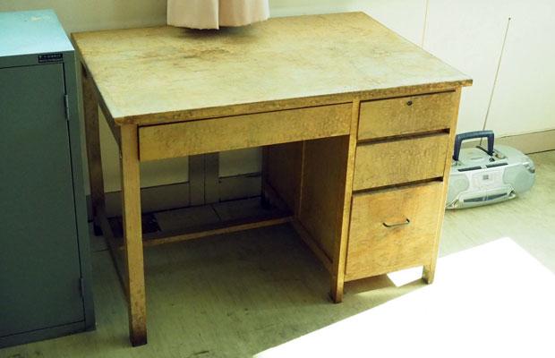 長く使われてきたことを感じさせる木の机。郵便局らしい重厚なスチールの棚や、かつて使われていたであろう、はかりなどをいただいた。