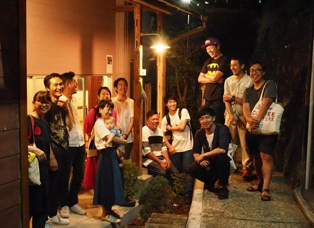 オープニングイベントの夜、最後まで残っていたメンバーで記念写真。新しい「小さなひとだまり」が(少し多すぎるけど)、真鶴に生まれた瞬間かもしれない。(撮影:真鶴出版)