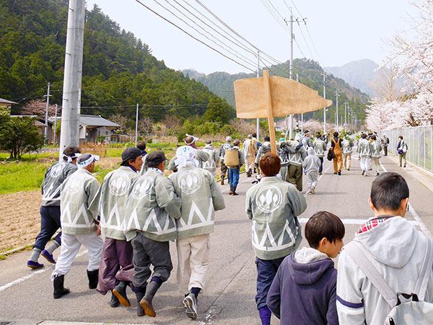 参加者は唄いながら山の中にある大山神社へ。見物人もついてきます。