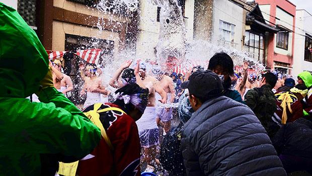 水をかける人も、写真を撮る人も、びしょ濡れ!
