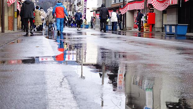 祭のあとの道路は水浸し。
