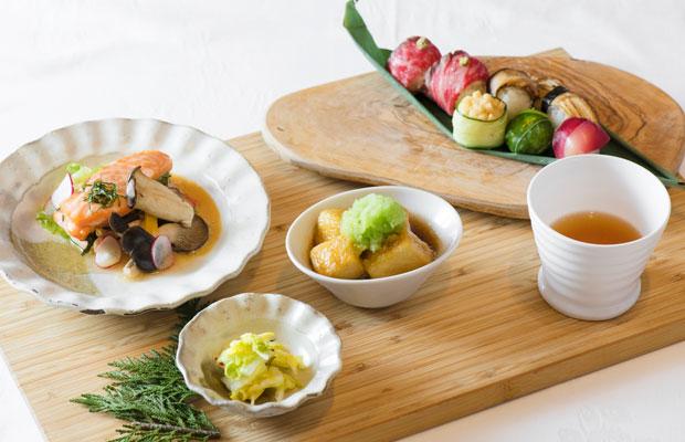 信州牛・野沢菜・キノコの手まり寿司、薬膳をベースにしたしょうがとねぎのスープ、揚げ出し凍み豆腐とうえだみどり大根のすりおろし、信州サーモンと野菜の蒸し物。