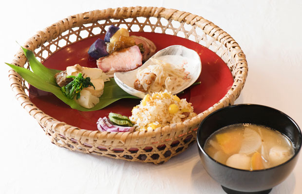 横山さんが普段家で食べているという一汁三菜。金ゴマと銀杏の炊き込みご飯、具だくさん味噌汁、豚の塩ハム、信州黄金シャモの蒸しハム、サバ缶と筍の煮物。海のない長野では、サバ缶は常備食であり、よく食卓にあがるのだとか。