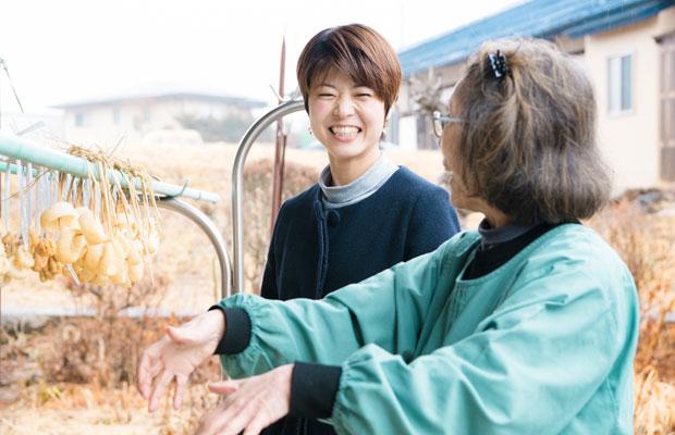清水寿美子さんは15年前に地元の茅野市にUターンし、山の恵みを知恵と工夫で上手に使ったり、冬の保存食をつくることで暮らしのリズムを築いている。