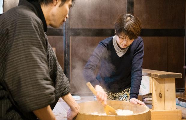 3年前に茅野市にUターンした東城高太郎さんからは「ワラの鍋敷きのつくり方を教えてもらったり、麹のつくり方を教えてもらったりと、ツアーだけでなく個人的にもお世話になっています」と田子さん。この日も東城さんがつくったお米で麹づくりの準備。