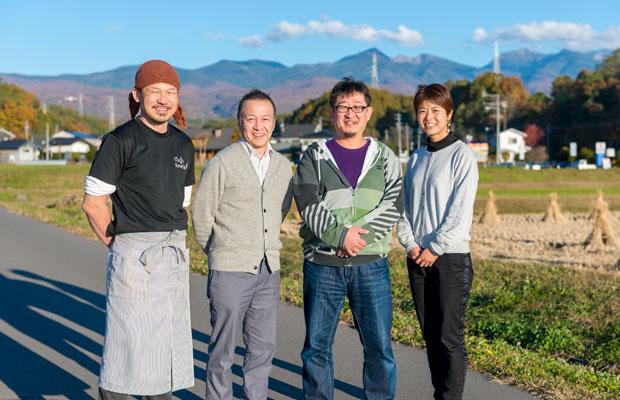 茅野市のそばのPR活動も行う田子さん。〈八ヶ岳蕎麦切りの会〉のみなさんと。(撮影:阿部宣彦)