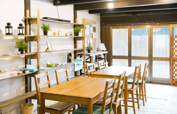 観光客がほっとひと息つけるカフェスペース。