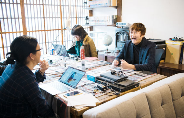 オフィススペースでは自社スタッフのほか、コワーキング利用者も。制作スタッフは長野県で採用し、ゼロからWebデザイナーとして教育した4人が勤務している。