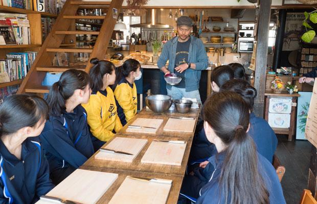 私たちが営む〈HOMEMAKERS〉カフェに集合して、ワークショップが始まりました。