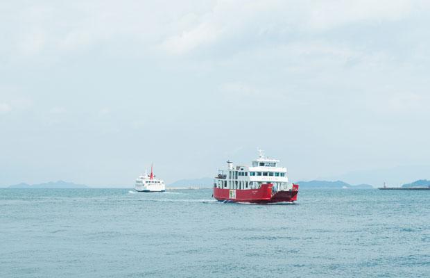 奥に見えるのが小豆島と高松をつなぐ〈オリーブライン〉、手前が高松と男木島、女木島をつなぐ〈めおん号〉。