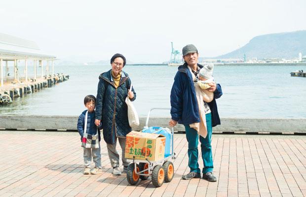 高松港で偶然遭遇した男木島の〈象と太陽社〉の山口ファミリー。
