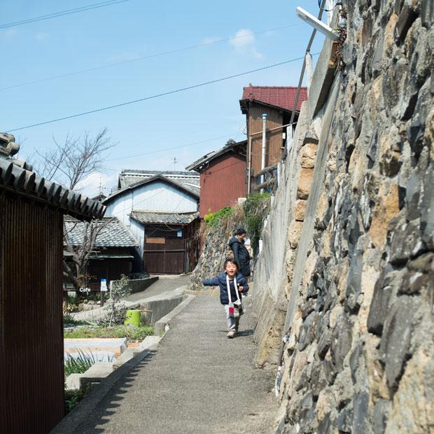 急な斜面にある男木島の集落。狭い道と高い石垣。