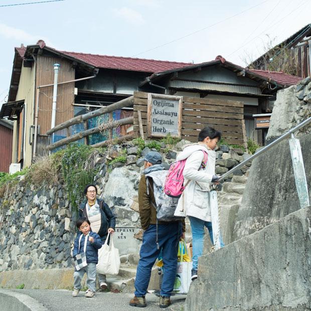 歩いてまわれる男木島の集落。