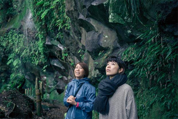 滝壺の周りを散策する山井梨沙さんと大類由里子さん