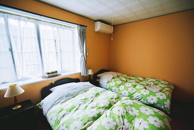 窓が大きく日差しがたっぷり入る明るい客室。