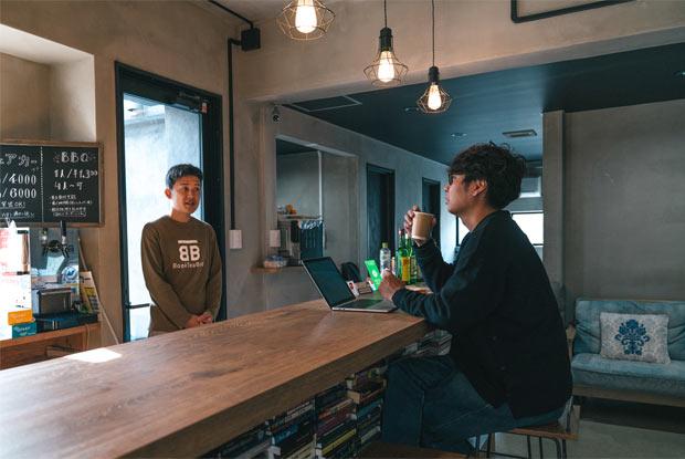 BookTeaBed Izu Oshimaのバーカウンター