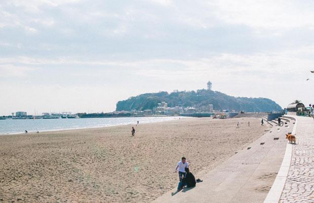 鎌倉と藤沢の市境に位置し、多くの観光客で賑わう江の島。鎌倉の海沿いを走る江ノ電のほか、湘南モノレール、小田急線の終着駅にもなっている。