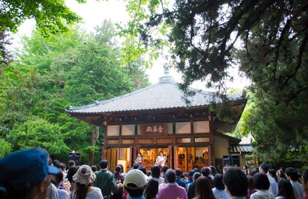 北鎌倉にある浄智寺や円覚寺を舞台に開催される音楽と禅のイベント〈きたかまフェス〉。3年目を迎えた2018年には、2日間にわたって計14組のアーティストが出演し、大いに盛り上がりを見せた。(写真提供:きたかまフェス実行委員会)