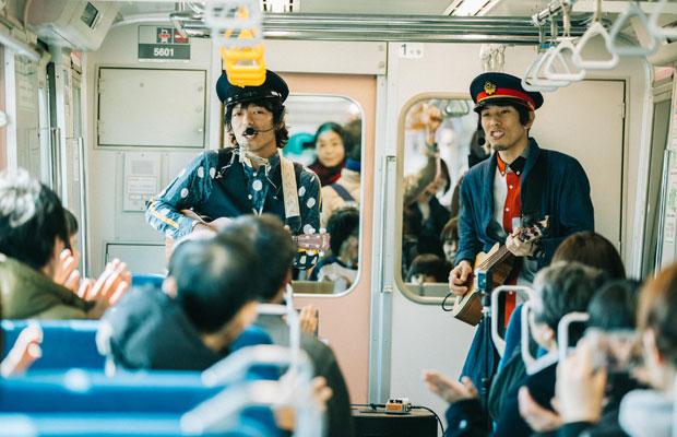 シンガーソングライターの小川コータさん(左)と、ベーシストのとまそんさん(右)によるウクレレソングユニット〈小川コータ&とまそん〉。