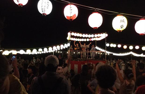 鎌倉・材木座海岸で毎年開催されている〈鎌倉 浜の盆踊り大会〉で行われたふたりのライブ。(写真提供:小川コータ&とまそん)