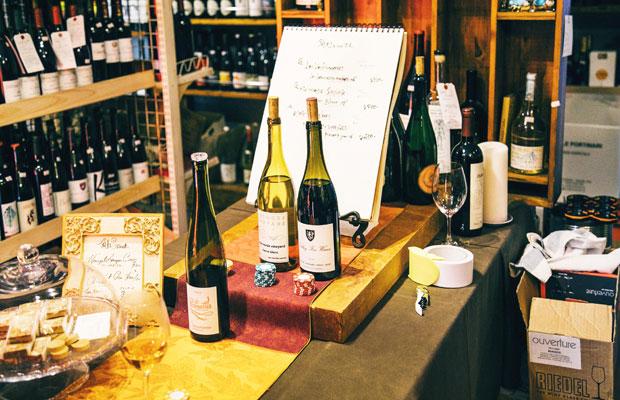 取材時には、店内でワインが飲める週末限定の角打ちが行われていた。「デイリーには飲めない価格帯のワインを数百円で気軽に試していただき、少しでも視野を広げてくれたらうれしい」と江澤さん。ワインにピッタリのスイーツなども紹介している。