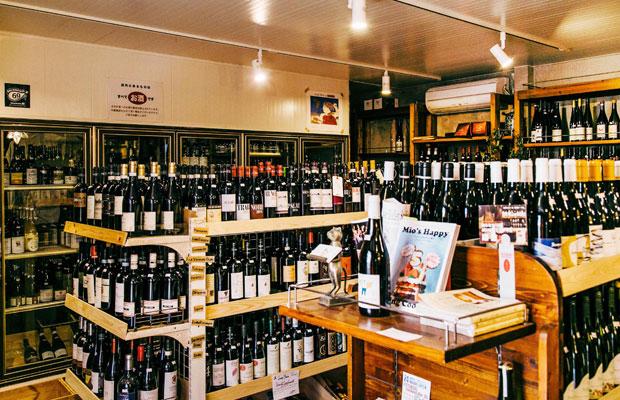 外観だけを見ると、どのまちにもある普通の酒屋のようにも思える鈴木屋酒店だが、一歩店内に足を踏み入れると、所狭しと並べられているワインボトルの数に圧倒される。