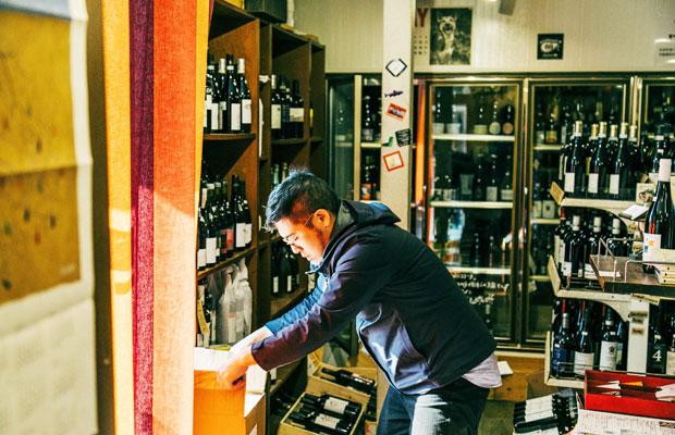 2017年から新しくスタッフに加わった江澤さん。兵藤さんも認める大のワイン好きである彼が加入したことがきっかけで、週末限定で角打ちを始めるようになったそうだ。