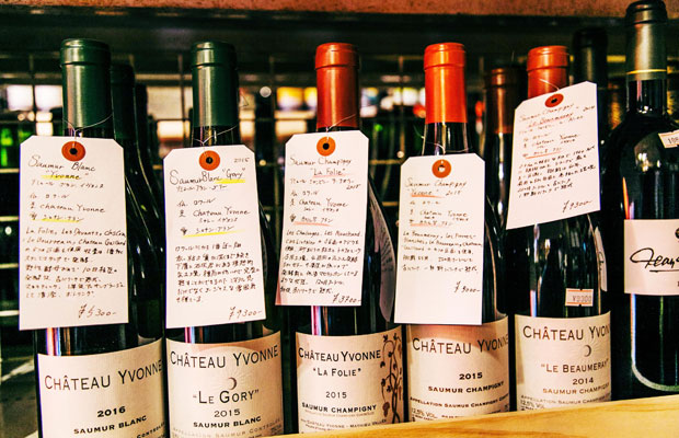 店内に置かれているワインの多くは、自然派ワイン、ナチュラルワインと呼ばれるもの。このような説明書きがされていないワインも多いが、予算や合わせる料理などを伝えれば、兵藤さんや江澤さんらが最適なワインを見つけてくれる。