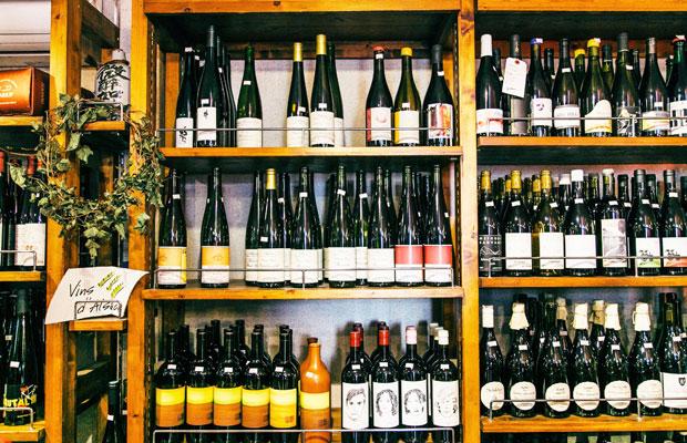 鈴木屋酒店では、常時およそ7000本ほどのワインを取り揃えている。