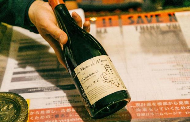 オススメのワインとしてスタッフの江澤さんが紹介してくれたのは、フランス・ブルゴーニュ地方マコネ地区の造り手、ジュリアン・ギィヨさんによる〈Macon Rouge Cuvée 910〉。ジュリアンさんの畑をまだ修道院が所有していた910年当時の造りを再現したこのワインは、その年の品種の収量によってブレンド比率が変わり、毎年異なる味に仕上がるのだという。