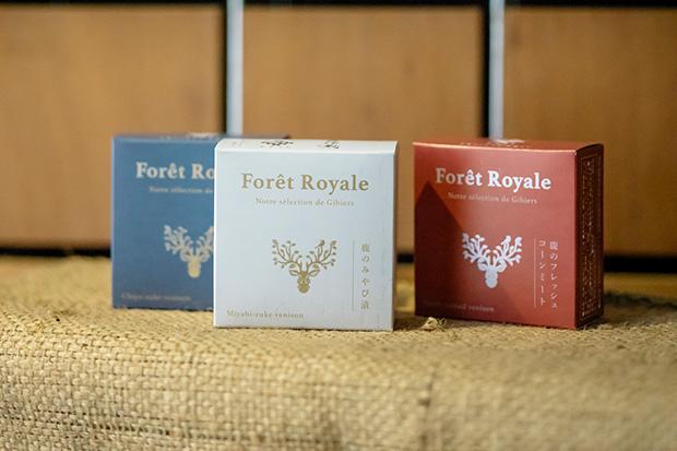 初の国産ジビエ認証施設である〈かきうち〉の鹿肉を使用したプレミアムジビエ缶詰シリーズ。左から、〈鹿の千代漬アヒージョ〉、〈鹿のみやび漬〉、〈鹿のフレッシュコーンミート〉。