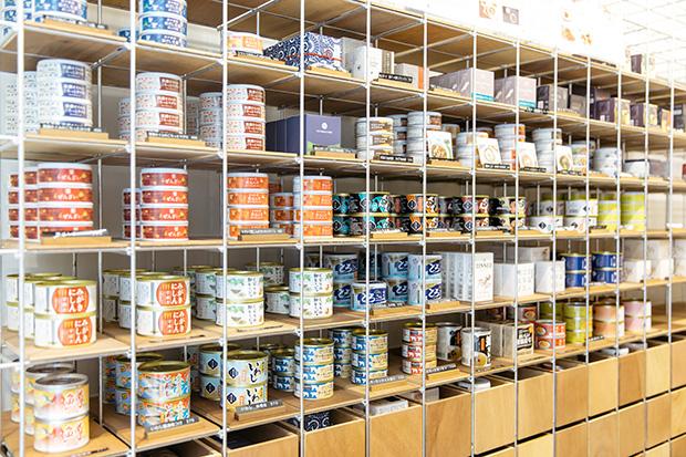 錦市場近くにある店舗には数々の缶詰が並ぶ。