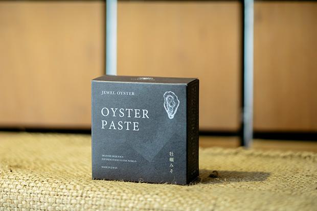 「珠せいろ」というカキを製造する〈マルト水産〉とカンナチュールのコラボ商品〈牡蠣みそ〉。