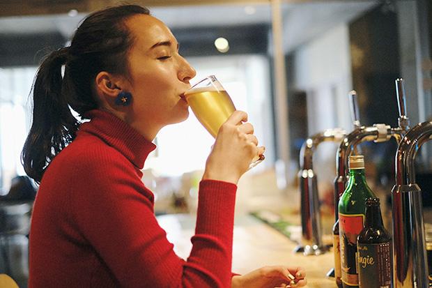 〈アンジー〉は明日葉特有の苦味をまろやかにして、ビールが苦手な人も飲みやすい味に。