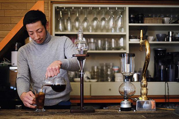 多幸湧水で汲んだ水を使い、ウォータードリッパー(写真中央の器具)でゆっくりと抽出した「ハピネスフル・ダッチコーヒー」を淹れる田中健太郎さん。
