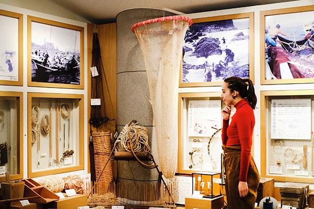 島の漁業の歴史について学べる〈神津島村郷土資料館〉。