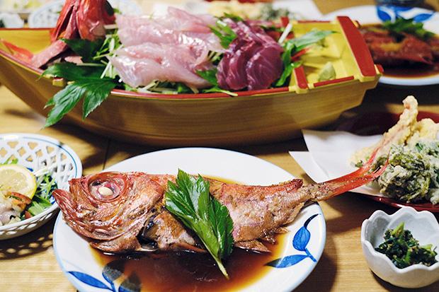 キンメダイ漁師が営む民宿〈丈栄丸〉で堪能した、キンメダイ尽くしの夕食。
