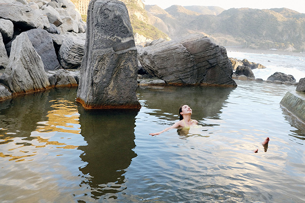 目の前に海が広がる〈神津島温泉保養センター〉の露天風呂。「海って何時間眺めていても飽きないから不思議。浜辺でぼーっと海を見ていたら風邪をひいてしまうけど、あったかい温泉に浸かりながらなら何時間でも見ていられそう」と温泉好きのアリスさん。