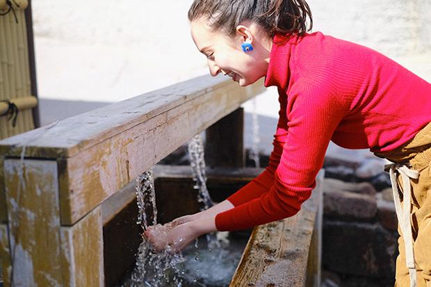 「東京の名湧水57選」にも選ばれている多幸湧水。心地よい冷たさに、思わず頬がゆるむ。