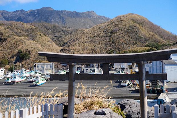 前浜港に鎮座する、水や漁業の神様とされる龍神様から望む天上山。