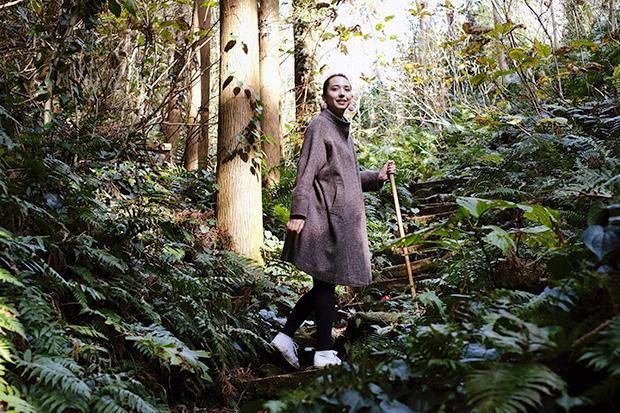 白島登山口から天上山をトレッキング。序盤は鬱蒼とした森が続き、植生の豊かさを感じさせる。山登りが好きだというアリスさんの足取りは軽い。