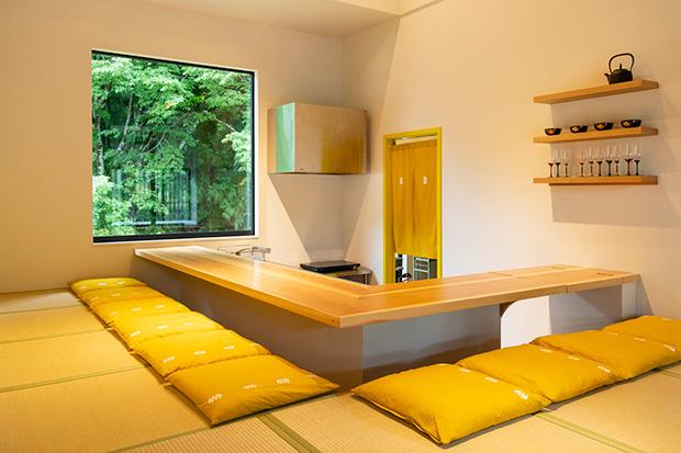 キッチンの窓からは青々とした裏の林が見え、まるで絵画が飾られているかのような美しさ。